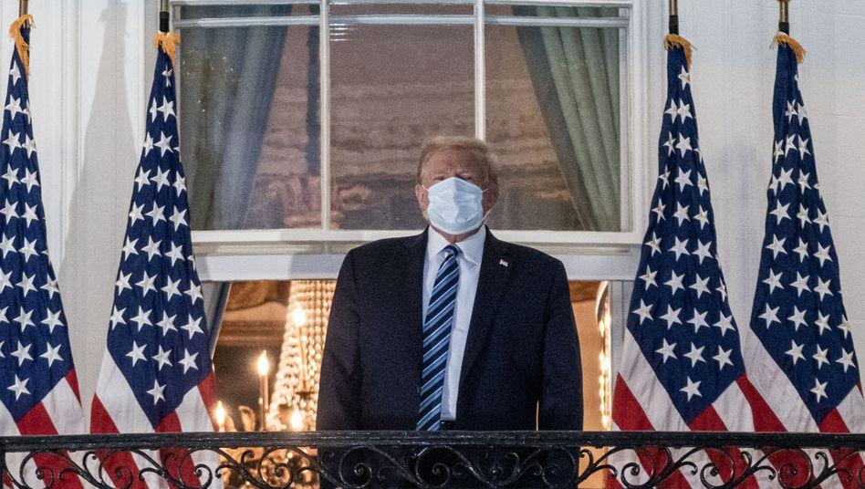Trump nach der Rückkehr ins Weiße Haus: Verharmlosende Worte über das Virus