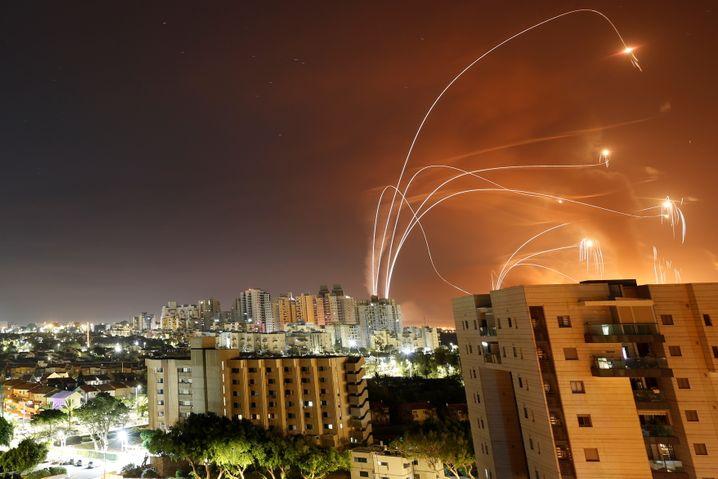 Das israelische Raketenabwehrsystem stoppt einen Angriff auf die Stadt Aschkelon