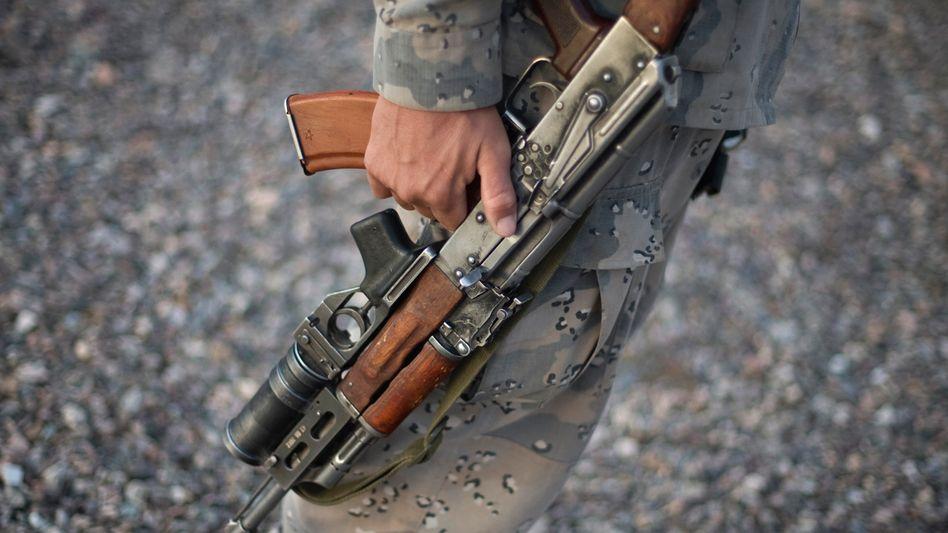 Gewehr im Arm eines afghanischen Grenzpostens: 747.000 Kalaschnikows geliefert