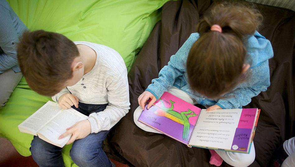 Kinder im Leseklub einer Grundschule in Köln (Archivbild)