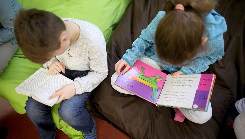 Lesende Kinder (Symbolbild)
