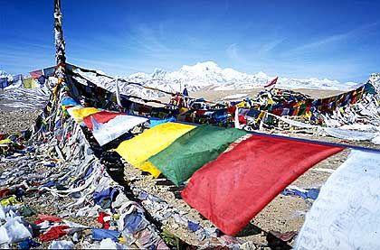 Und täglich grüßt die Gebetsfahne: Die höchsten Pässe Tibets schmücken Fahnen, die heilige Ausrufe in den Himmel tragen sollen