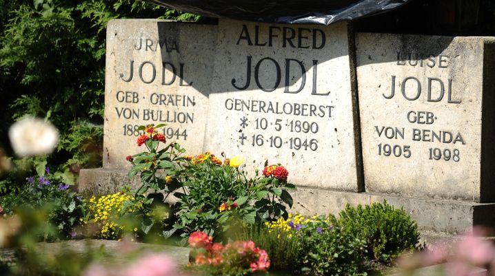 Das Grab der Jodls auf dem Friedhof auf der Fraueninsel im Chiemsee, teilweise mit Plane abgedeckt. Alfred Jodl ist hier gar nicht bestattet, dennoch erinnert der Stein an ihn.
