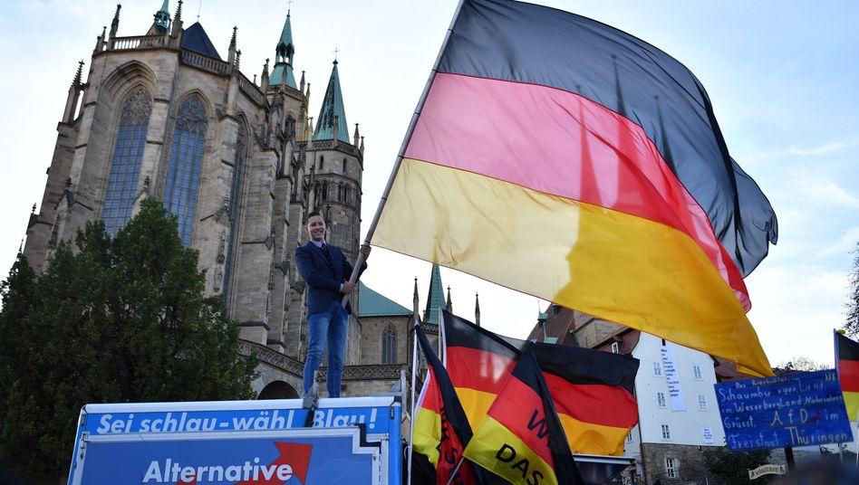 Anhänger der AfD Thüringen schwenken Fahnen beim Wahlkampfabschluss der Thüringer AfD