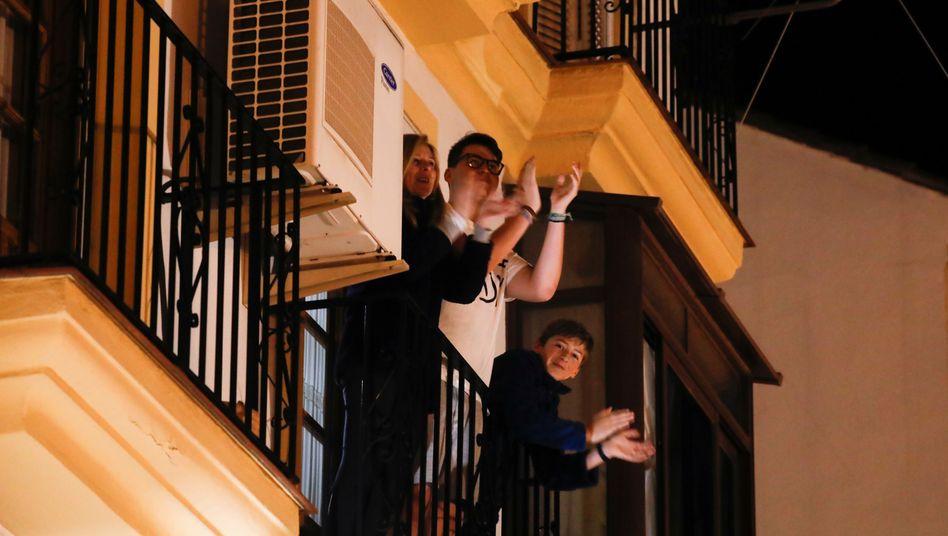 Familie auf Balkon in Ronda: Solidarischer Applaus für Spaniens medizinisches Personal