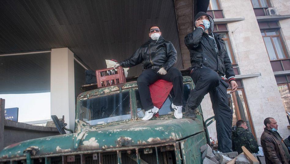"""Prorussische Besetzer eines Verwaltungsgebäudes in Donezk: """"Geht nicht nach Hause!"""""""