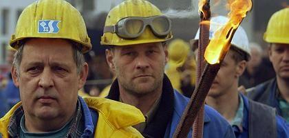 """Arbeiterprotest (in Bremerhaven, 2004): """"Kampfansage an Belegschaft"""""""