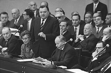 Strauß bei einer Anhörung zur SPIEGEL-Affäre im Bundestag (1962): Der CSU-Chef stand über seinen Affären