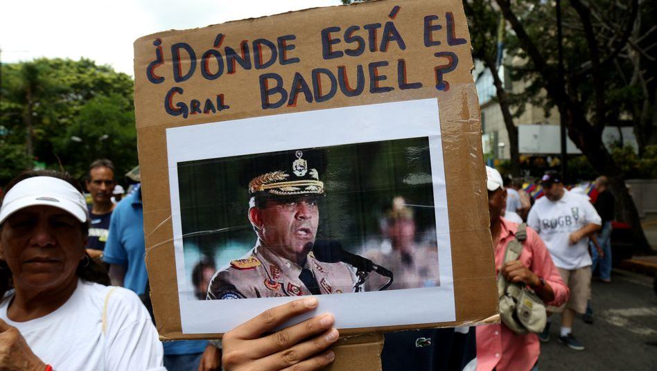 Demonstranten mit einem Foto des verhafteten Raúl Baduel (im Jahr 2019): Das Regime hat den Ex-Minister zehn Meter unter der Erde hinter sieben Panzertüren eingesperrt