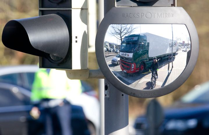 Eine Ampel mit eingebautem Spiegel