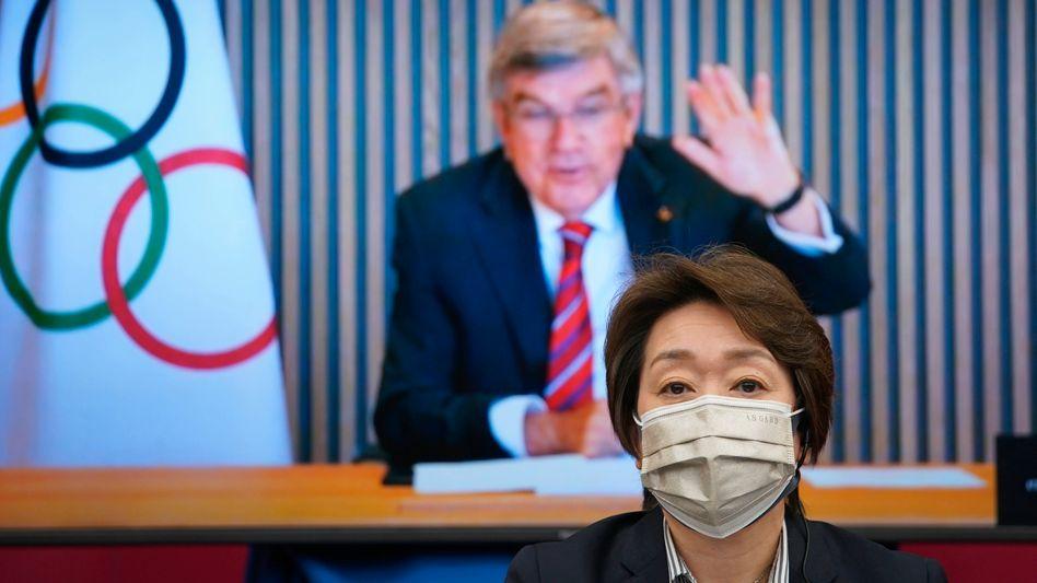 Thomas Bach winkt Olympia-Organisationschefin Seiko Hashimoto (Archivbild)