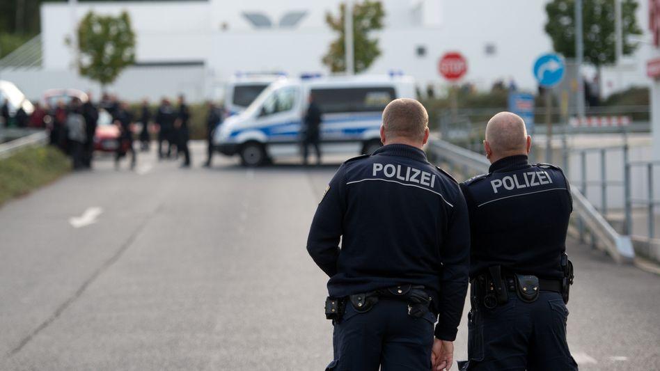 Polizei vor der Flüchtlingsunterkunft in Heidenau:
