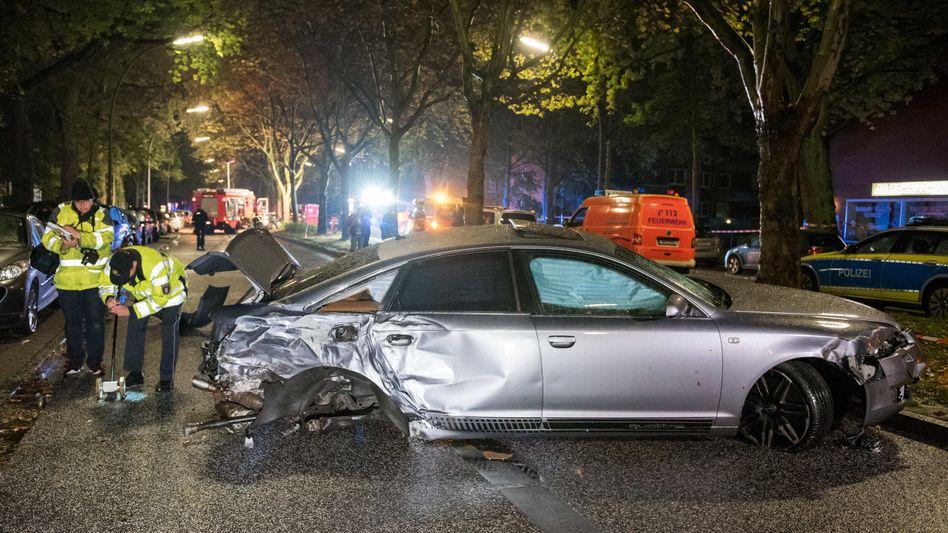 Totalschaden Audi A 6: Bei einem mutmaßlichen Autorennen in Hamburg wurden drei Menschen lebensgefährlich verletzt