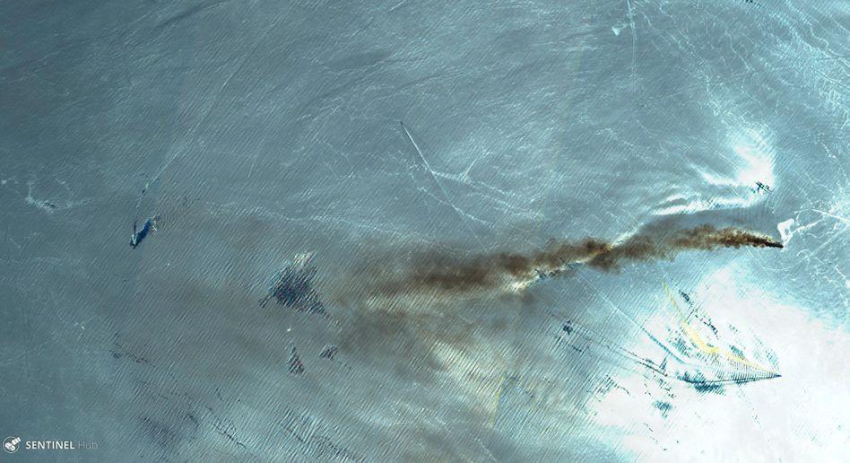 """Das Falschfarbenbild des Satelliten Sentinel-2 der Europäischen Kommission zeigt Rauch über dem brennenden Öltanker """"Front Altair"""" im Golf von Oman"""
