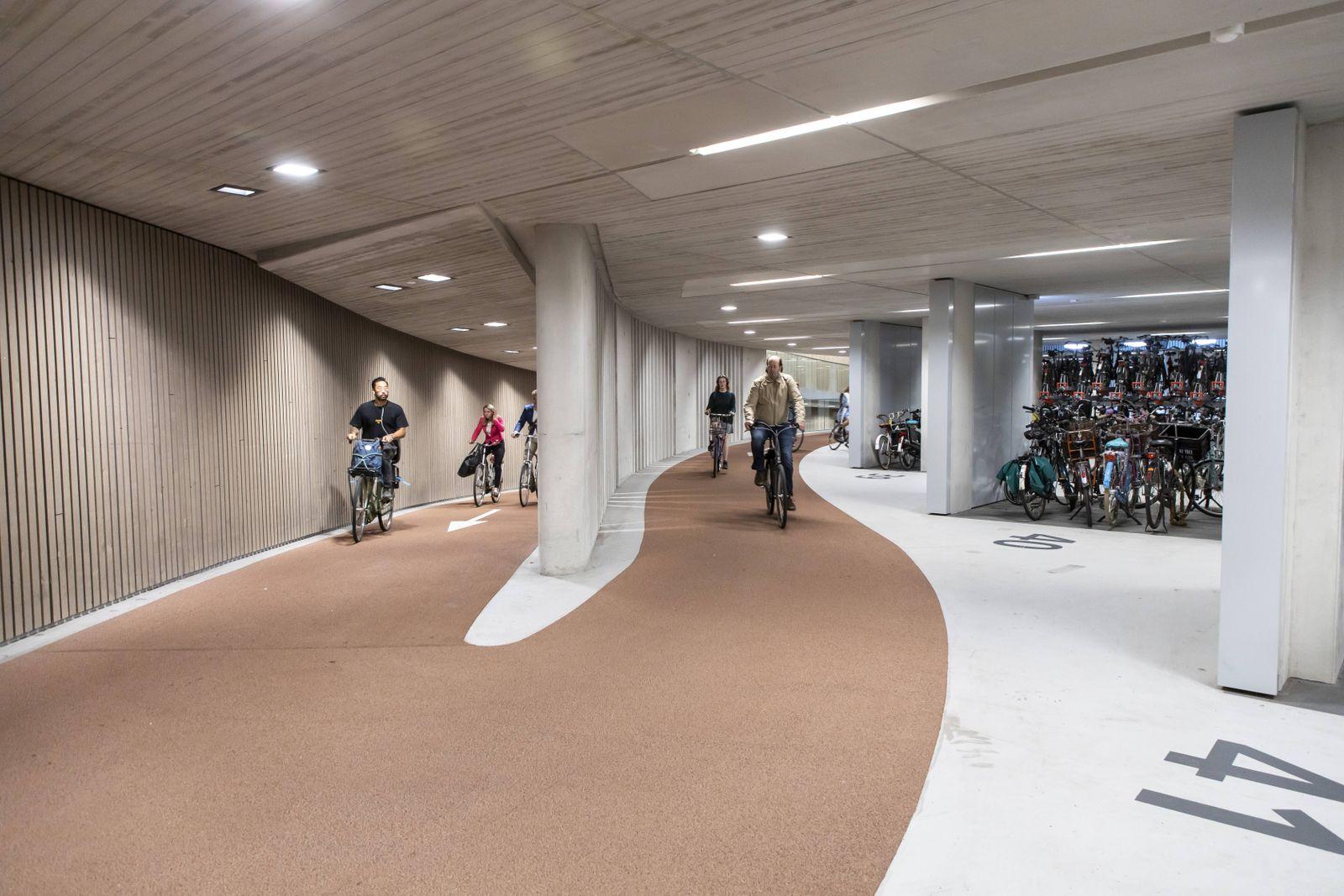 Fahrradparkhaus in Utrecht Niederlande mit ¸ber 13 000 Stellpl?tzen das gr??te Parkhaus f¸r Fahrr