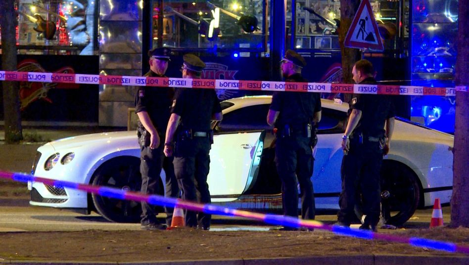 Polizisten stehen neben einem Auto auf dem Millerntorplatz (Archiv)