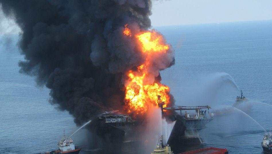 """Brennende """"Deepwater Horizon"""" am 22. April: Versagen auf allen Ebenen"""