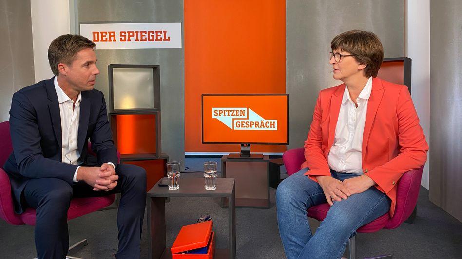 SPD-Chefin Saskia Esken im SPIEGEL-Spitzengespräch mit Moderator Markus Feldenkirchen
