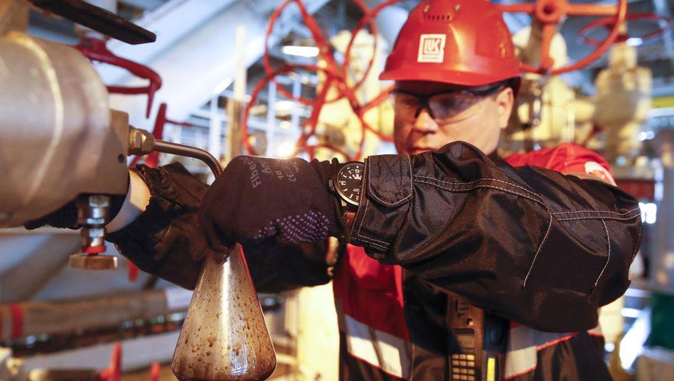 Ein russischer Ölarbeiter auf der Filanovskogo Förderplattform im Kaspischen Meer.