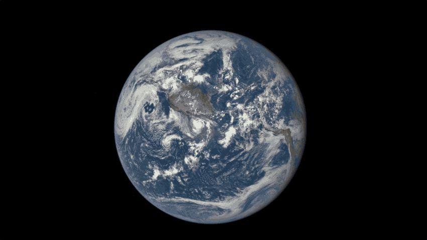 EINMALIGE VERWENDUNG Animation / Animiertes GIF - Mond zieht an Erde vorbei