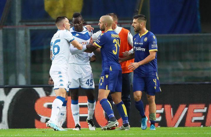 Mit- und Gegenspieler reden auf Balotelli (2.v.l.) ein