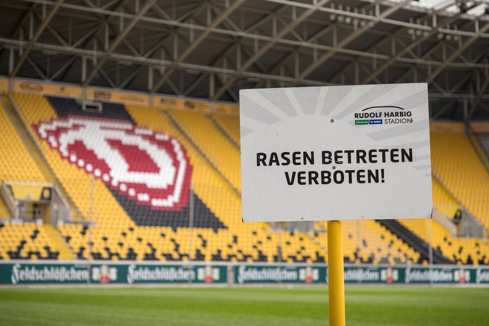 Blick ins leere Rudolf-Harbig-Stadion mit dem Hinweisschild: Rasen betreten verboten! 17.03.2020, Dresden, Fussball, GE