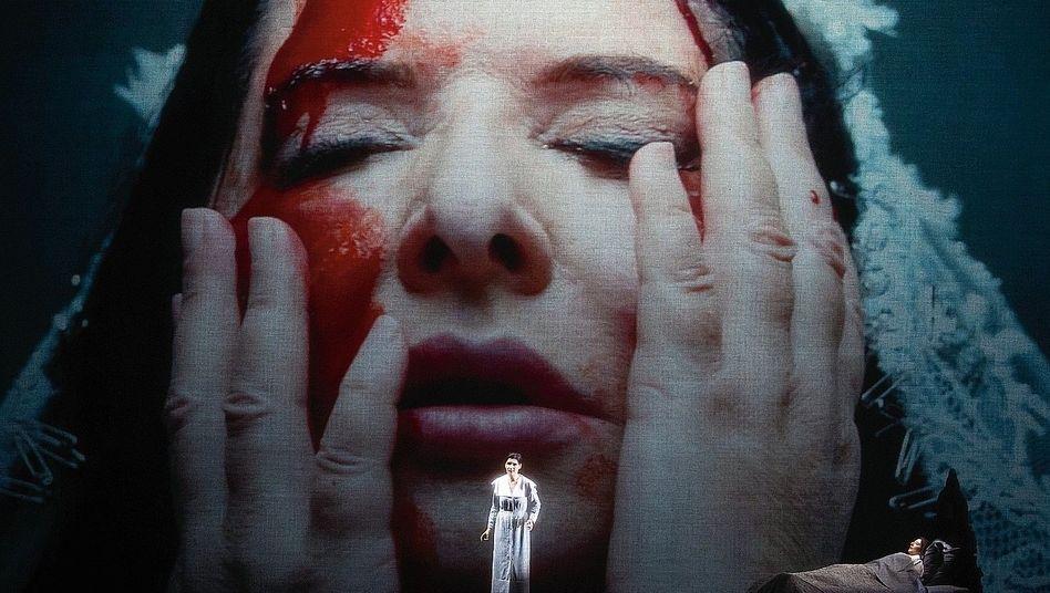 Szene aus Abramović-Inszenierung: Diashow der Bühnentode
