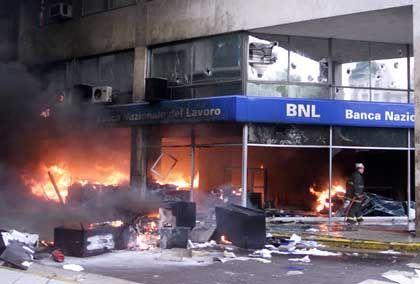 Auch diese Filiale der Banca Nazionale del Lavoro wurde von Randalierern in Brand gesetzt