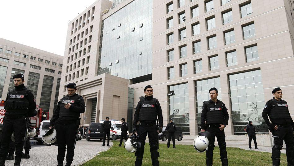 Polizisten vor dem Justizpalast: Geiselnahme in Istanbul