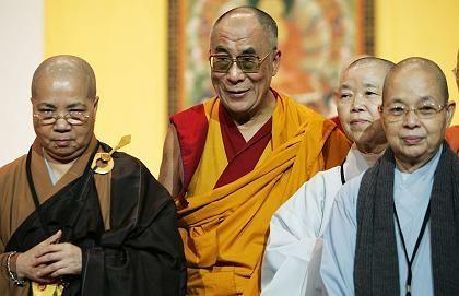 Der Dalai Lama mit buddhistischen Nonnen: In Sachen Gleichberechtigung hinkt der tibetische Buddhismus hinterher