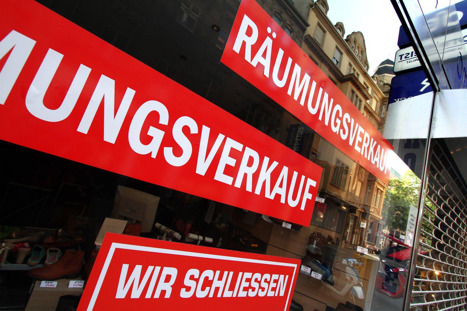 Schaufenster eines Geschäfts mit Aufklebern Räumungsverkauf wir schließen in der Innenstadt von Mannheim, Baden Württemb