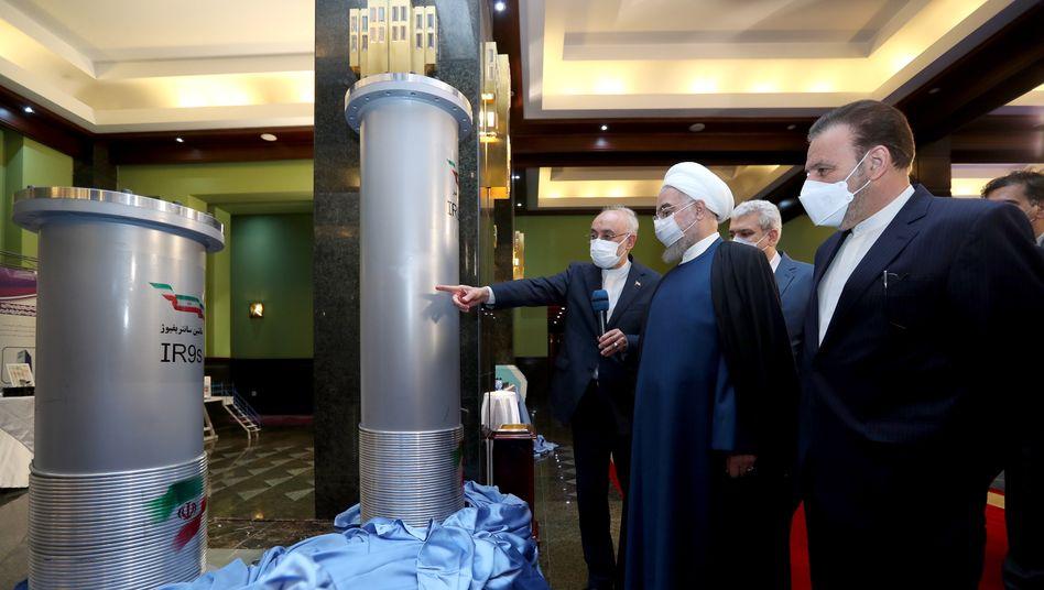 Mit Maske – und einer Mission: Das Regime in Teheran will sich dem Druck aus dem Ausland nicht beugen und das Atomprogramm beschleunigt ausbauen
