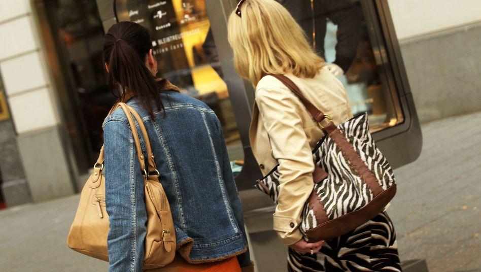 Passantinnen beim Einkaufsbummel: Geldvermögen wuchs um 270 Milliarden Euro