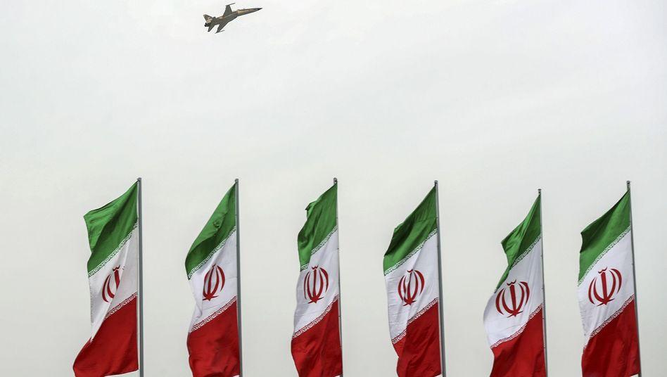 """Iranische Flaggen bei Teheran: """"Wir wollen weiter auf die diplomatische Lösung setzen"""""""