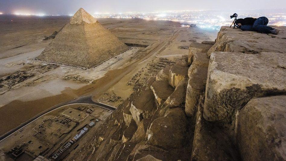 Blick von der Cheopspyramide auf die Pyramide des Chephren
