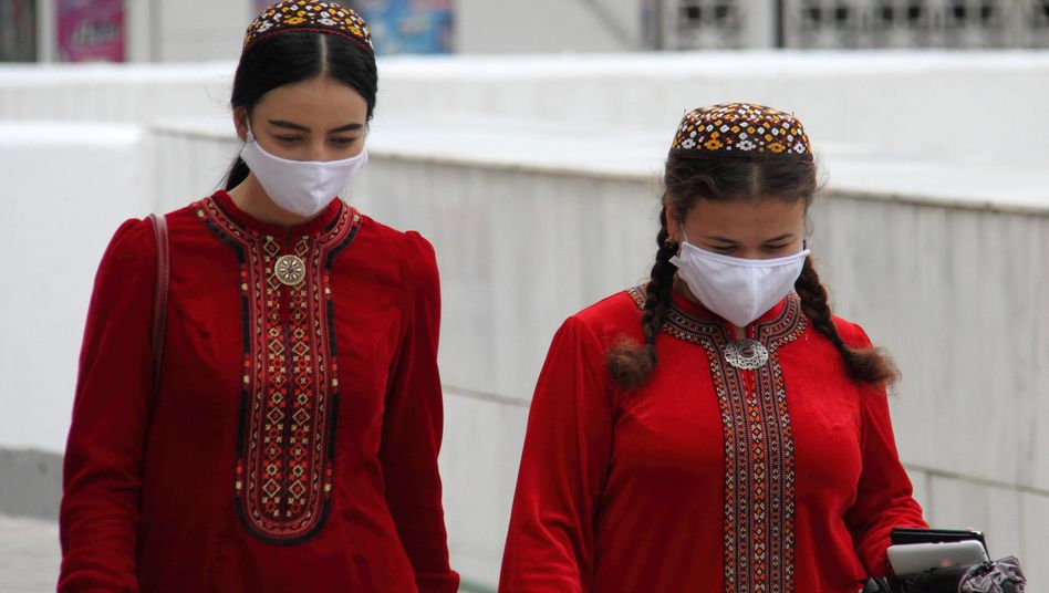 Erst waren Masken verpönt, jetzt sind sie streng empfohlen: Junge Frauen in Aschgabat