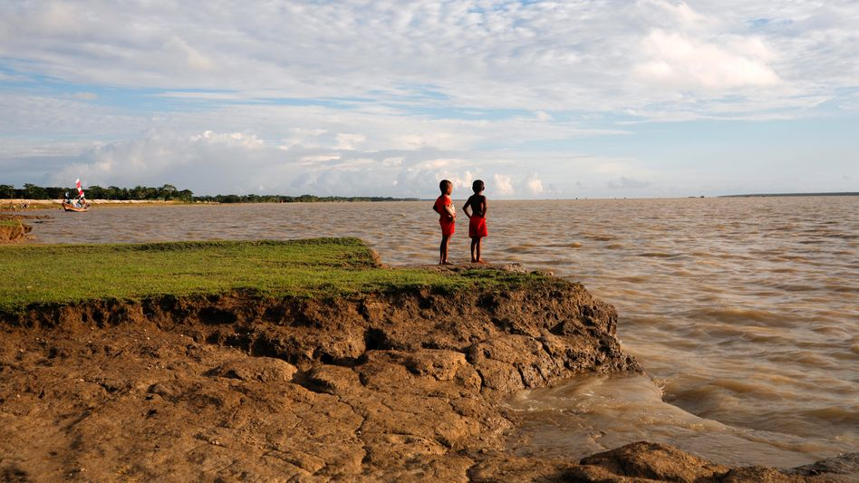 Kinder an durch Erosion bedrohter Küste in Bhola, Bangladesh