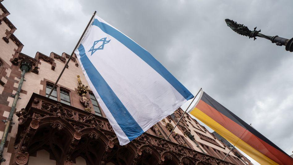 Israelische und deutsche Flaggen (am Frankfurter Römer am 12. Mai)