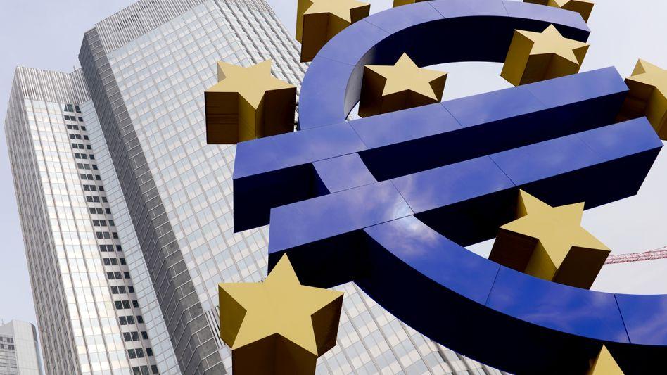Euro-Skulptur vor der alten EZB-Zentrale in Frankfurt: Kritik und Lob
