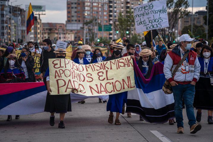 Indigene marschieren bei den Protesten in Bogotá