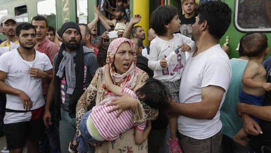 Flüchtlinge im ungarischen Bicske: Juncker will Umverteilung in Europa