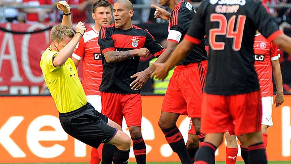 Benfica-Profi Luisão (Mitte): Attacke gegen den Schiedsrichter