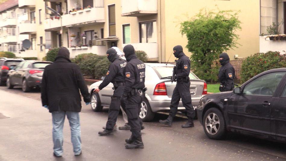 Polizisten bei Razzia in Bremen