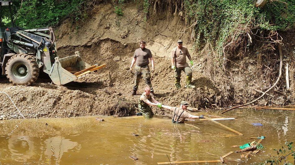 Soldaten in Nordrhein-Westfalen bei Aufräumarbeiten nach der Flutkatastrophe