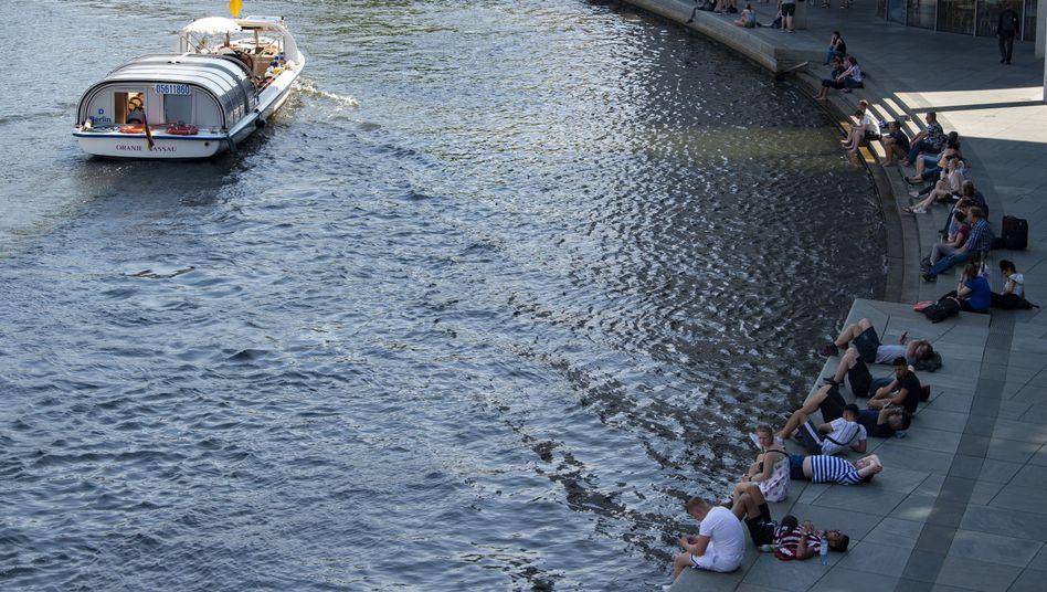 Ausflugsschiff auf der Spree in Berlin (Archivbild)