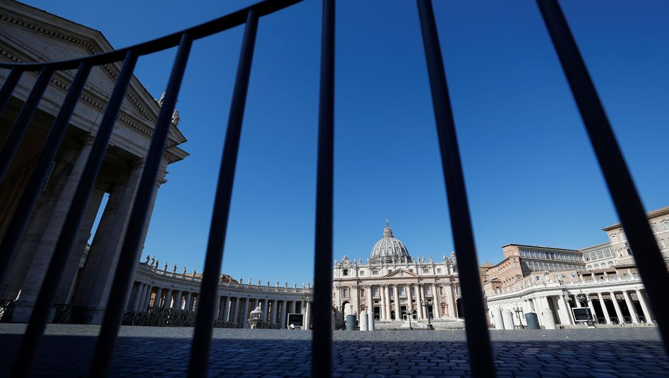 The barrier at an empty St. Peter's Square at the Vatican: Stronger restrictions have been imposed.