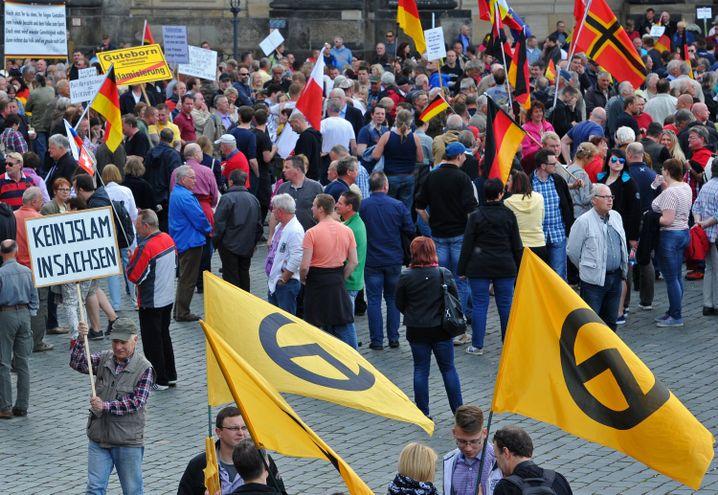 """""""Identitäre"""" bei einer Pegida-Kundgebung in Dresden (Mai 2015)"""