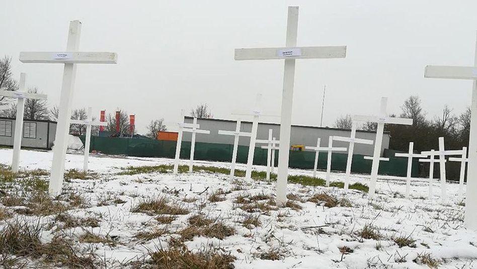 Die Kreuze auf dem Baugelände der Moschee in Regensburg