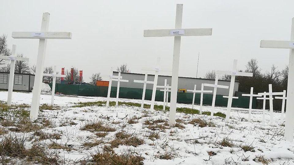 EINMALIGE VERWENDUNG 26 Kreuze auf dem Gelände der Moschee