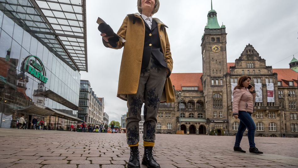 Barbara Ludwig steht vor dem Rathaus auf dem Markt